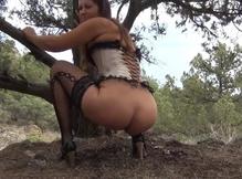 Наденька какает сидя возле дерева