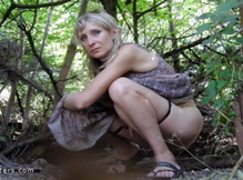Телки писают в лесу на скрытую камеру