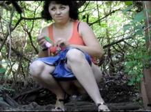 Взрослая мамзель писает в кустах