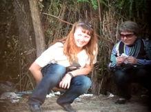 Тайком проследили как девушки писают в кустах