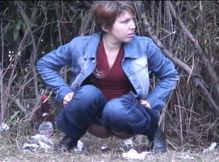 Женщина со своим парнем зашла пописать на полянку