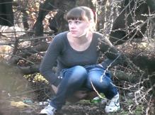 Девушка зашла в кусты и стала писать