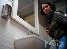 Мочеиспускание брюнетки в общественном туалете