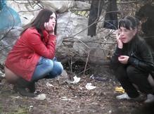Подловили в кустах писающих подруг