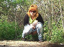 Женщины писая спалились на камеру спрятанную в кустах
