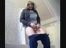 Зайдя в туалет женщина показала себя скрытой камере