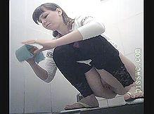 Девушка в туалете писает а скрытая камера подсматривает