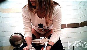 Две скрытые камеры в туалете подловили писающую девушку