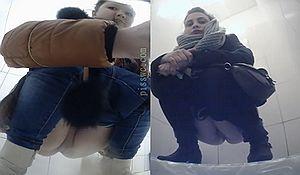 Подглядываем как две молодые девахи писают в туалете