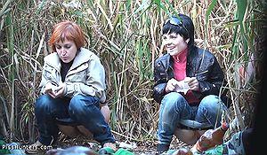 Подруги писают на грязном пустыре