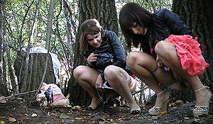Две подружки писают в городском парке