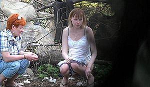 Взрослая и молодая решили пописать в кустах парка