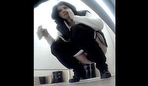 Девушки писают в туалете института