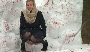 Девка писает в зимнем парке