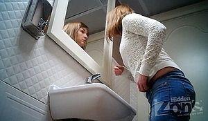 Подглядывают в женском туалете за ссущими девками