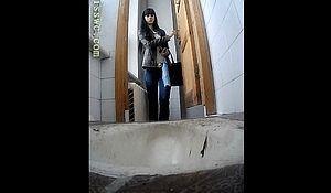 Девушка зашла посрать не зная что в туалете стоит скрытая камера