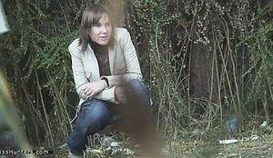 Подсмотрели процесс мочеиспускания девушки в кустах