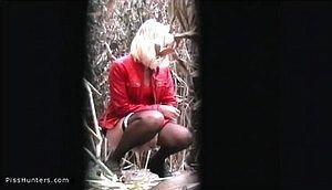 Блондинка зашла в кусты пописать
