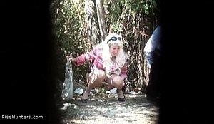Писающую девушку в кустах засняли на скрытую камеру