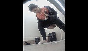 Девка присела пописать в туалете не заметив спрятанную камеру