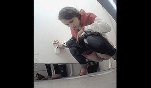 Молодые девки спустив трусики писают в туалете