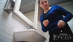 Пухленькая деваха спустила трусы и показала в туалете свою щелку
