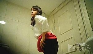 Молодая незнакомка справила нужду в публичном туалете