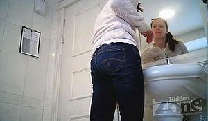 Девка отливая в туалете обоссала ноги