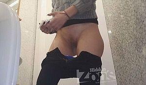 Девка пописала перед камерой в общественном туалете