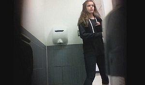 Камера спрятанная в туалете засняла ссущую девушку